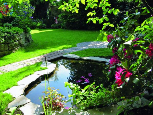 Красива градина с шадраван